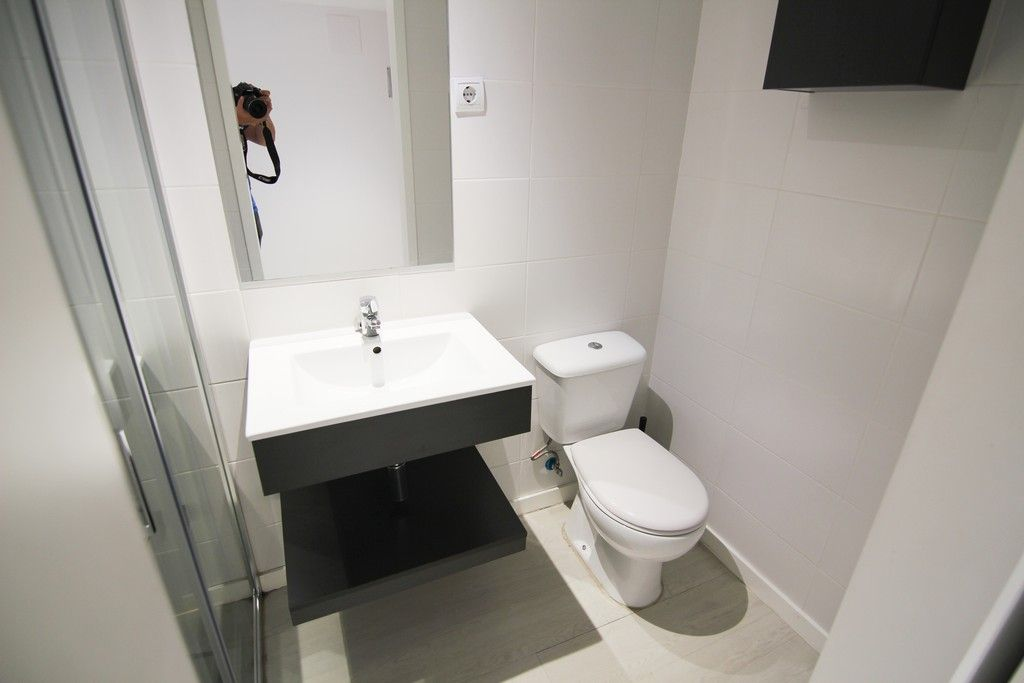 Habitación doble básica para estudiantes con baño privado en Gran Vía