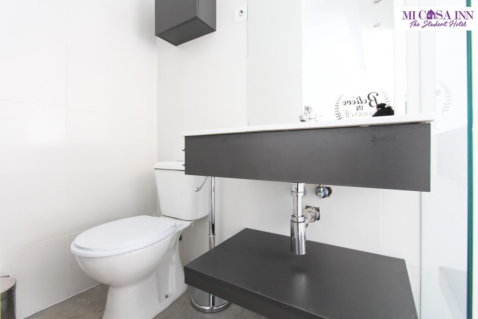 Baño habitación residencia de estudiantes Plaza España Madrid
