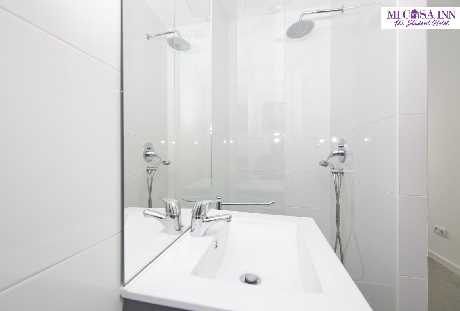 Baño habitación residencia universitaria Plaza España Madrid